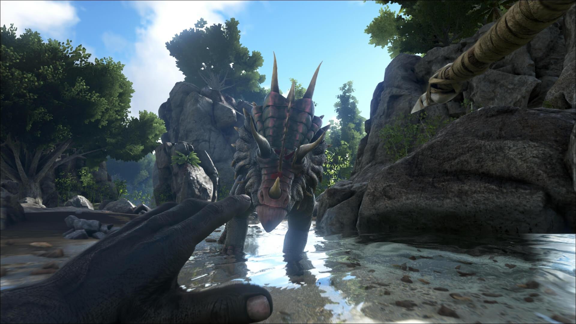 Игрок подкрадывается к трицератопсу